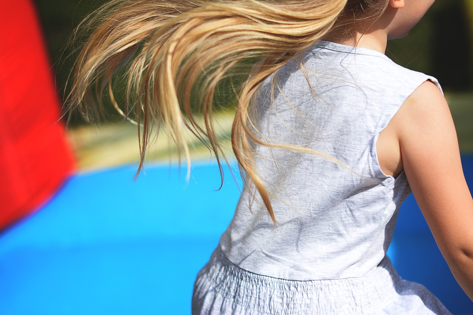 dívka na trampolíně