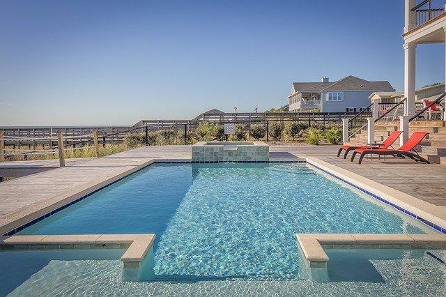 bazén před vilou.jpg