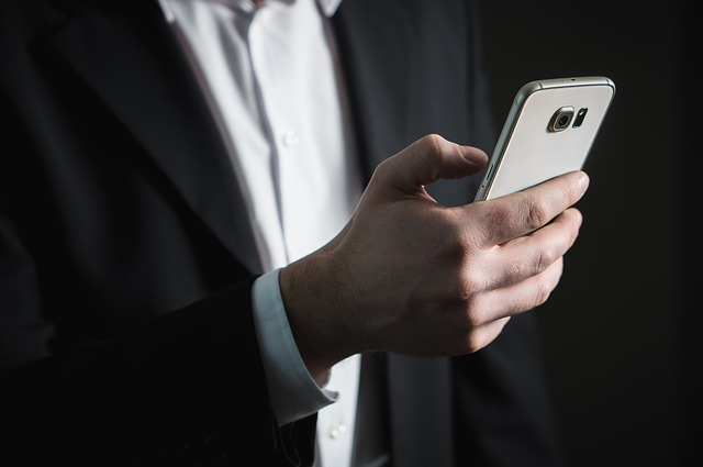 ruka s mobilem