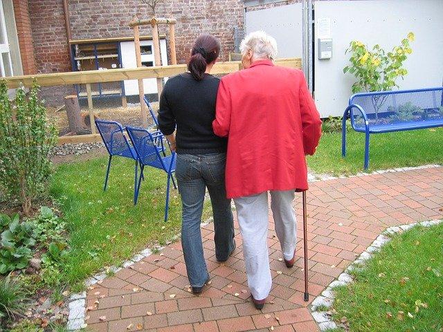 procházka se seniorkou