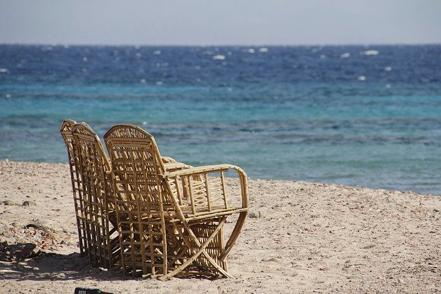 sedací nábytek na pláži